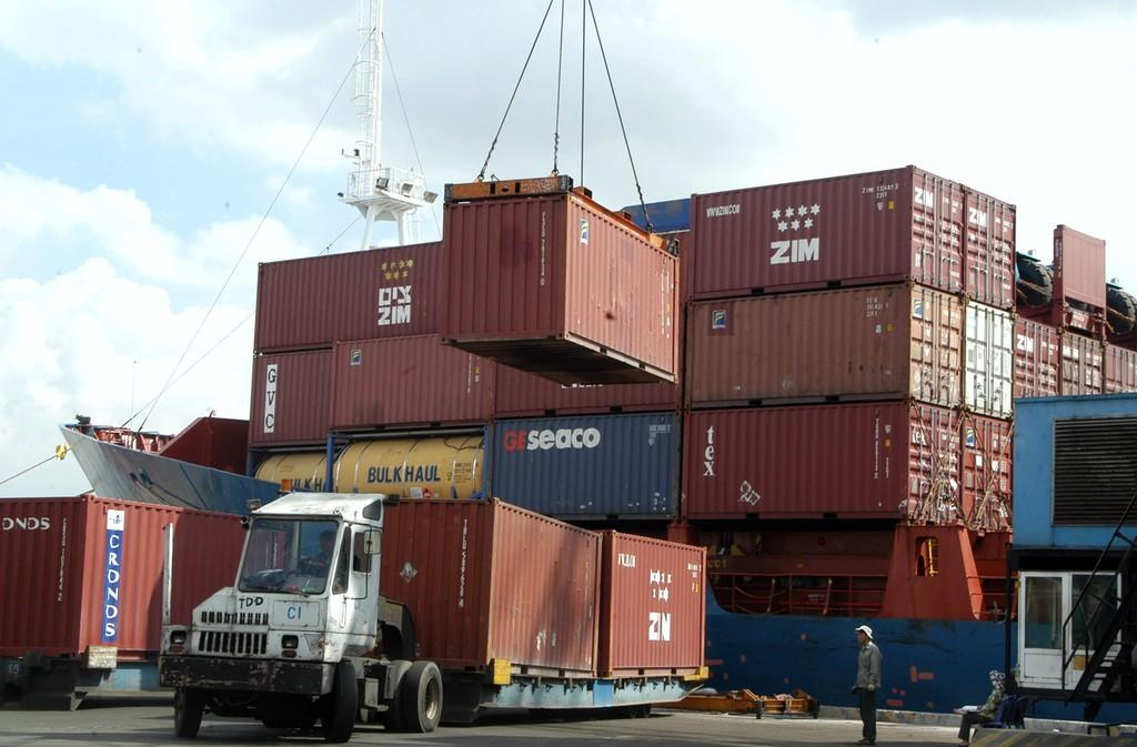 Ngành logistics vẫn trong tình trạng phí chồng phí do vướng nhiều điều kiện kinh doanh gây khó khăn cho DN. Ảnh Internet
