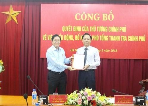 Thừa ủy quyền của Thủ tướng Chính phủ, Bộ trưởng Bộ Nội vụ Lê Vĩnh Tân trao  quyết định và chúc mừng tân Phó Tổng Thanh tra Chính phủ Trần Ngọc Liêm.