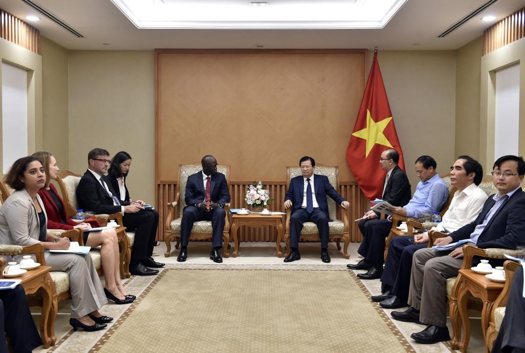 Phó Thủ tướng Trịnh Đình Dũng và ông Ousmane Dione, Giám đốc Quốc gia của WB tại Việt Nam. Ảnh: VGP