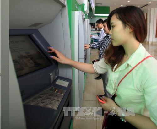 Khách hàng giao dịch tại một điểm ATM tại Hà Nội. Ảnh (tư liệu): TTXVN