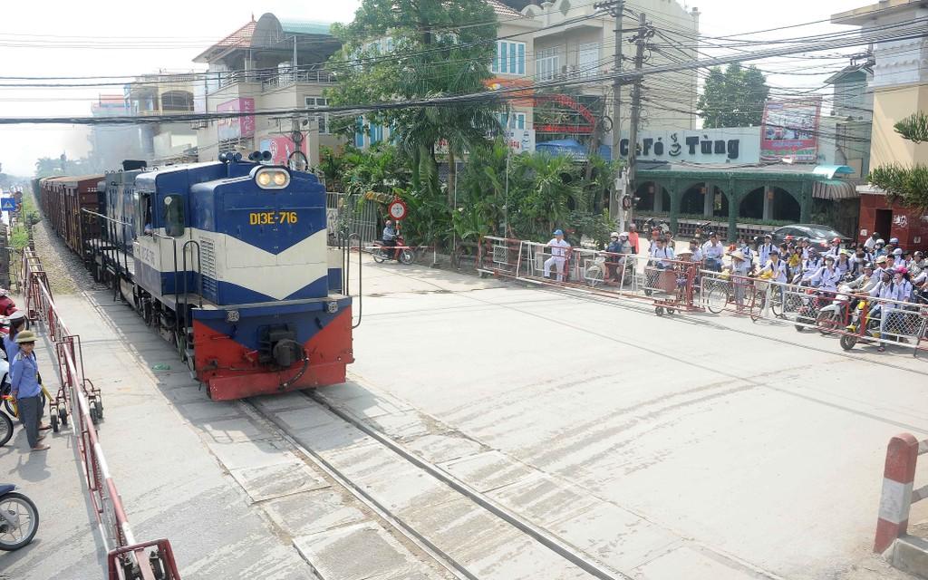 """Đại biểu Dương Trung Quốc cho rằng, Bộ GTVT đang """"bỏ rơi"""" đường sắt?. Ảnh: Tường Lâm"""