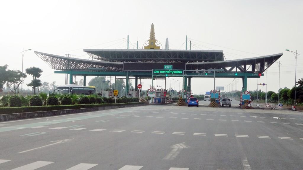 Các đại biểu Quốc hội đã đề nghị Bộ trưởng làm rõ sự chênh lệch số năm thu phí dự án BOT giao thông. Ảnh: Tường Lâm