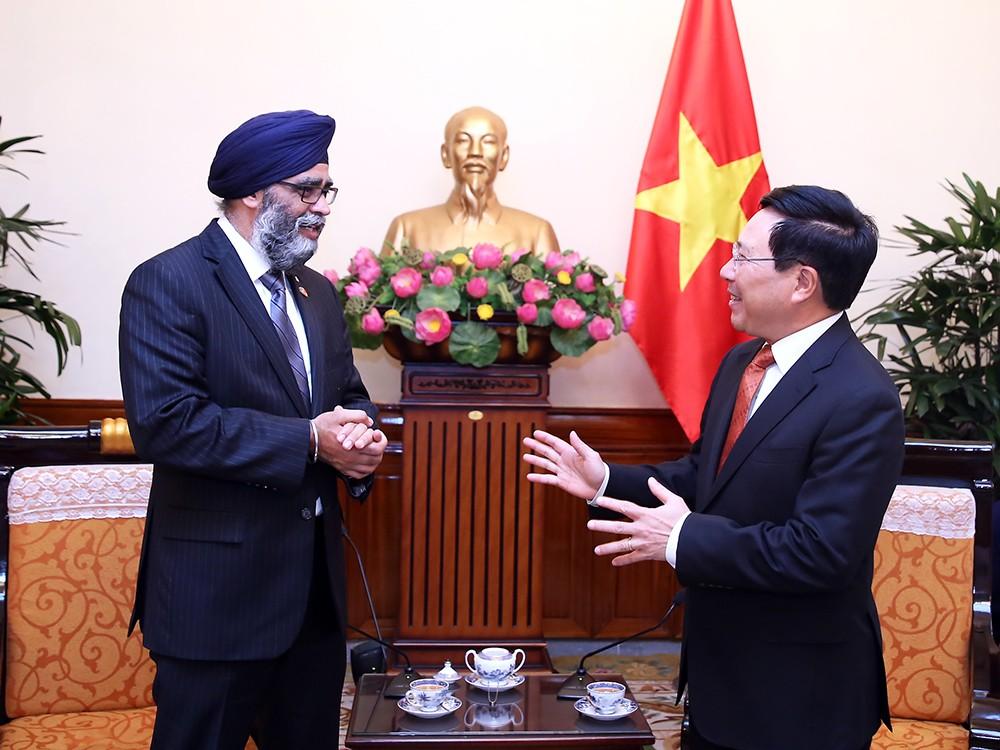 Phó Thủ tướng, Bộ trưởng Ngoại giao Phạm Bình Minh và Bộ trưởng Quốc phòng Canada Harjit Singh Sahan - Ảnh: VGP