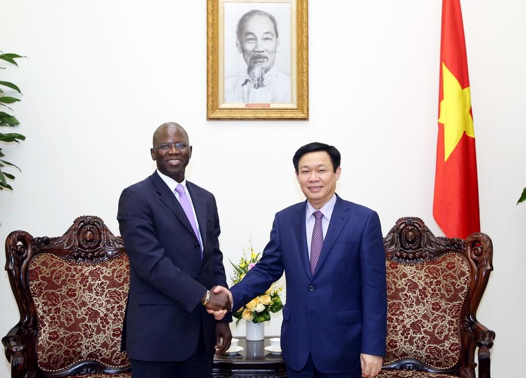 Phó Thủ tướng Vương Đình Huệ và Giám đốc Quốc gia WB tại Việt Nam, ông Ousmane Dione. Ảnh tư liệu