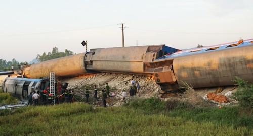 Hiện trường tàu SE19 tông xe ben khiến nhiều toa bị lật ở Thanh Hóa.