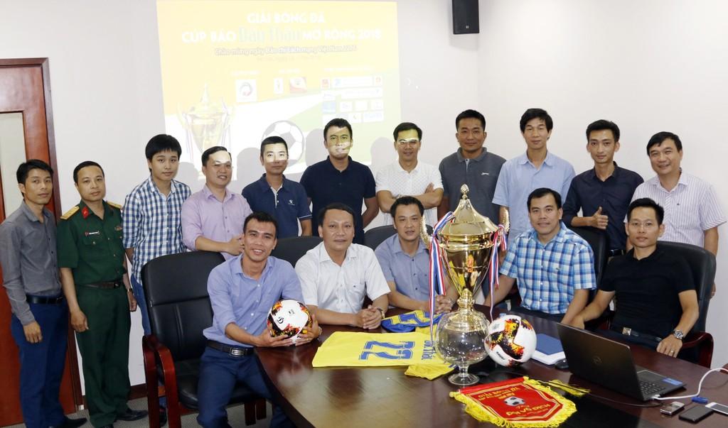 12 đội bóng tham gia Lễ  bốc thăm, chia bảng Giải bóng đá Cúp Báo Đấu thầu mở rộng 2018. Ảnh: Tường Lâm