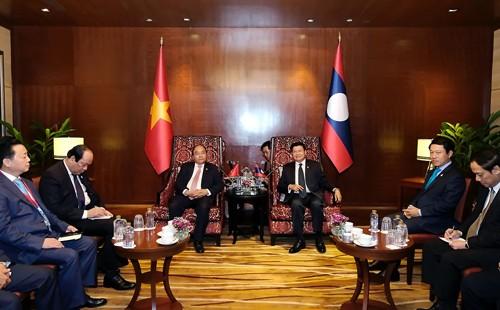 Thủ tướng Việt Nam, Lào gặp gỡ bên lề Hội nghị ACMECS và CLMV - ảnh 1