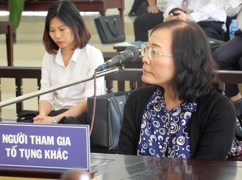 Bà Phan Thị Hòa ngồi trả lời.