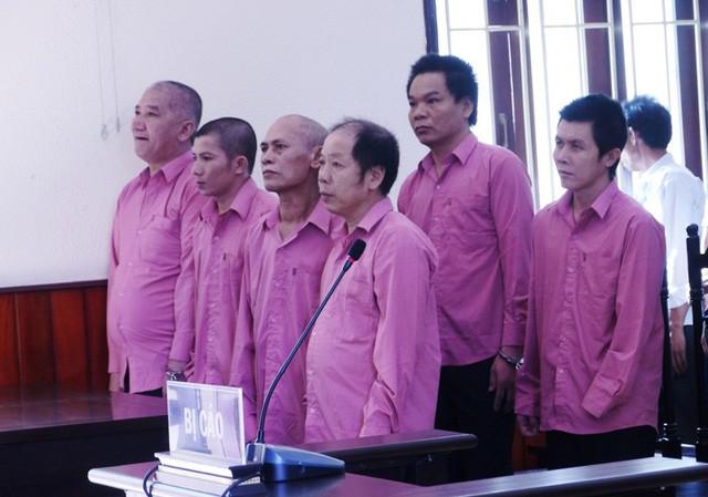 Các bị cáo tại phiên tòa sáng 28/6