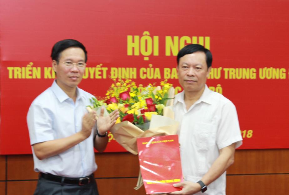 Đồng chí Võ Văn Thưởng trao quyết định và chúc mừng đồng chí Phạm Văn Linh. Ảnh Tuyengiao.vn