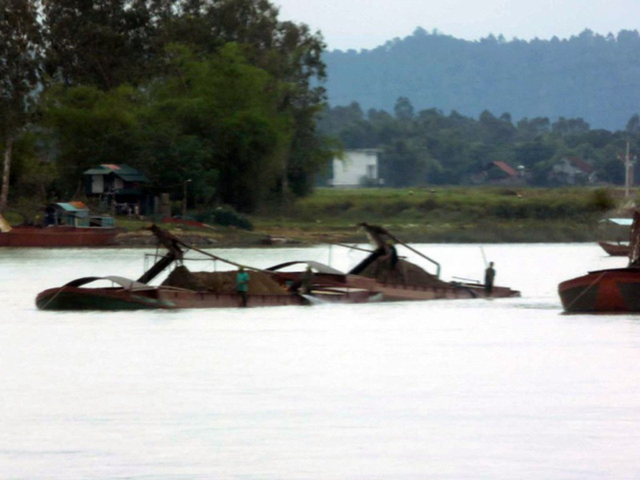 Tình trạng khai thác cát, sỏi lậu trên địa bàn giáp ranh giữa 3 huyện Đức Thọ, Vũ Quang, Hương Sơn đang rất nóng, gây bất bình cho nhân dân