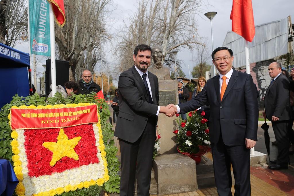Phó Thủ tướng Vương Đình Huệ dâng hoa tại Công viên Hồ Chí Minh (Chile) - ảnh 2
