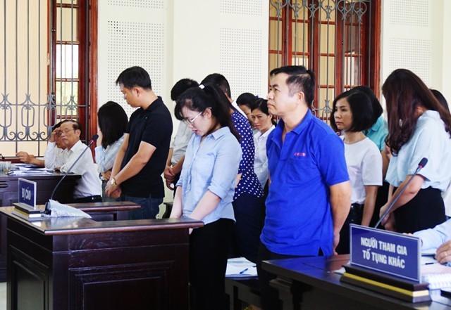 Nguyễn Thị Lam (hàng đầu, ở giữa) và các đồng nghiệp tại Eximbank tại phiên tòa