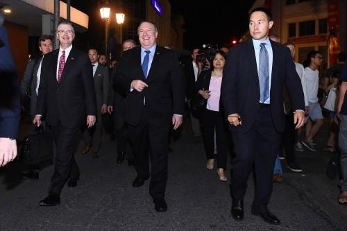 Ngoại trưởng Mỹ Pompeo (hàng đầu, giữa) đi cùng Đại sứ Mỹ tại Việt Nam Kritenbrink (hàng đầu, trái).