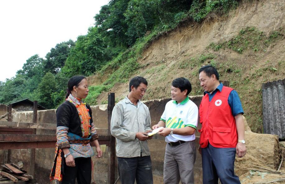 Người lao động PVFCCo chia sẻ cùng gia đình các nạn nhân chịu thiệt hại do thiên tai tại Lai Châu - ảnh 2