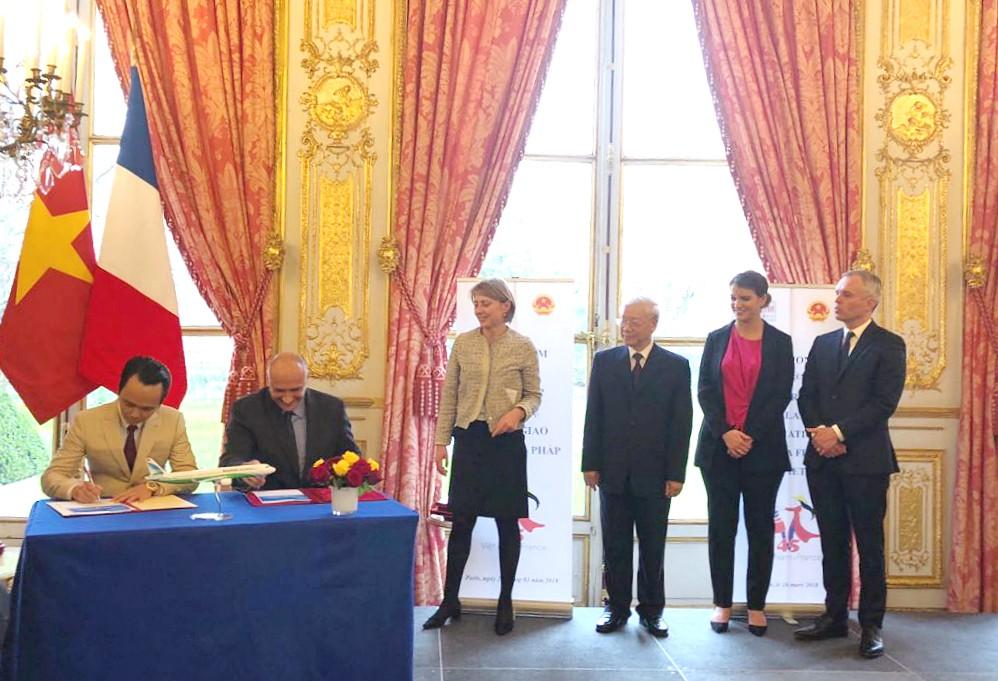 Chủ tịch Tập đoàn FLC Trịnh Văn Quyết (trái) và Phó Chủ tịch Airbus phụ trách thương mại Eric Schulz (phải) ký kết hợp đồng thoả thuận mua 24 máy bay A321NEO cho Bamboo Airways dưới sự chứng kiến của Tổng Bí thư Nguyễn Phú Trọng và Chủ tịch Quốc hội Pháp
