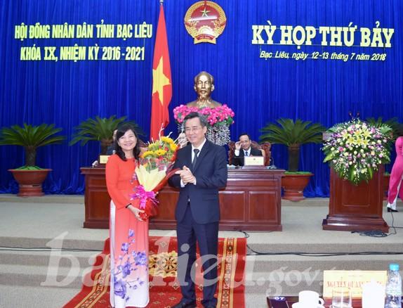 Bí thư Tỉnh ủy Bạc Liêu Nguyễn Quang Dương chúc mừng đồng chí Lâm Thị Sang.