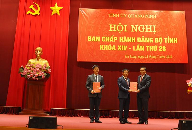 Đồng chí Nguyễn Thanh Bình trao các quyết định của Bộ Chính trị về công tác cán bộ cho các đồng chí Lê Quang Tùng và Nguyễn Văn Thắng. Ảnh báo Quảng Ninh