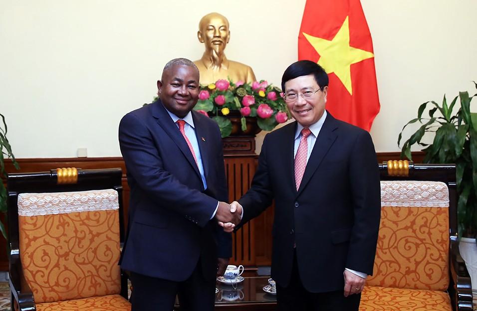 Phó Thủ tướng Phạm Bình Minh tiếp Đại sứ đặc mệnh toàn quyền Mozambique. Ảnh: VGP