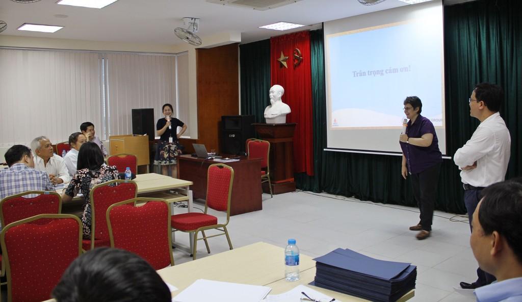 Bà Anna L. Wielogorska - Trưởng ban Đấu thầu của WB tại Việt Nam thuyết trình tại Khóa đào tạo nâng cao về đấu thầu xây lắp