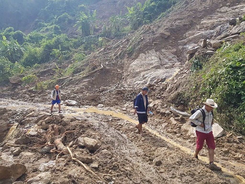 Công nhân đi bộ từ hiện trường vụ sạt lở đá ra trung tâm huyện.