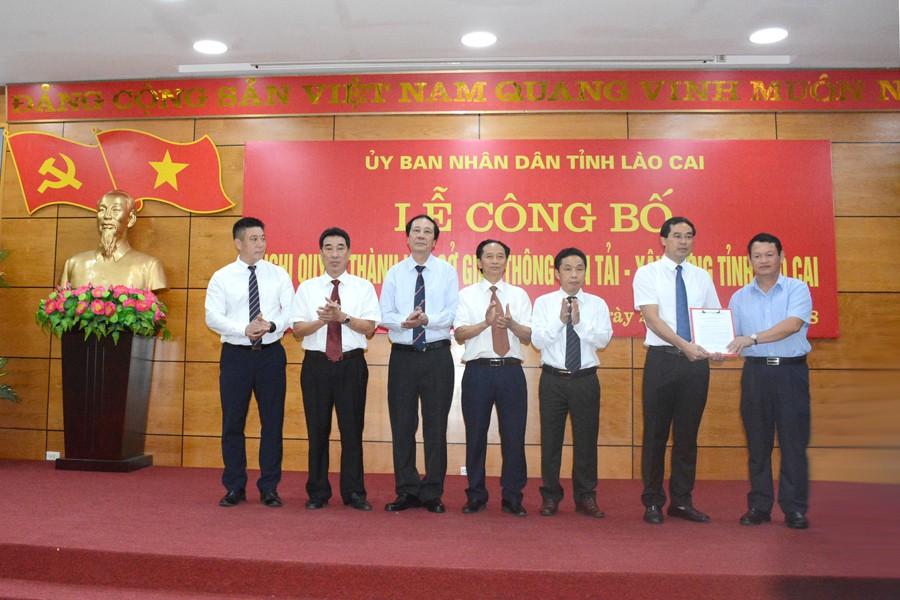 Ông Nguyễn Văn Vịnh – Bí thư Tỉnh ủy, Chủ tịch HĐND tỉnh đã trao Nghị quyết thành lập Sở Giao thông vận tải-Xây dựng tỉnh Lào Cai cho Ban Giám đốc Sở