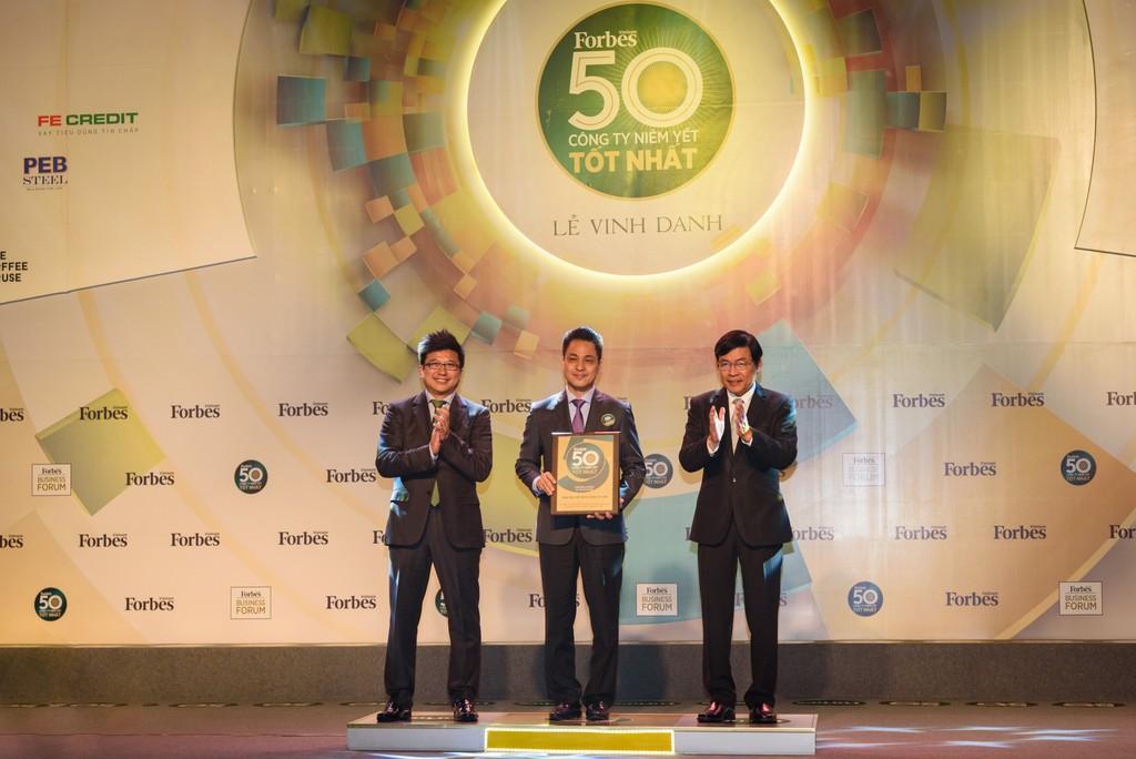 Đại diện Vietcombank, ông Huỳnh Song Hào – Trưởng Văn phòng đại diện khu vực phía Nam (đứng giữa) nhận giải thưởng do Tạp chí Forbes Việt Nam trao tặng