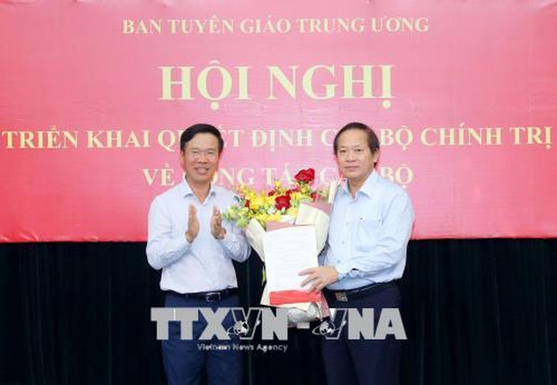 Đồng chí Võ Văn Thưởng trao Quyết định của Bộ Chính trị cho đồng chí Trương Minh Tuấn. Ảnh: TTXVN