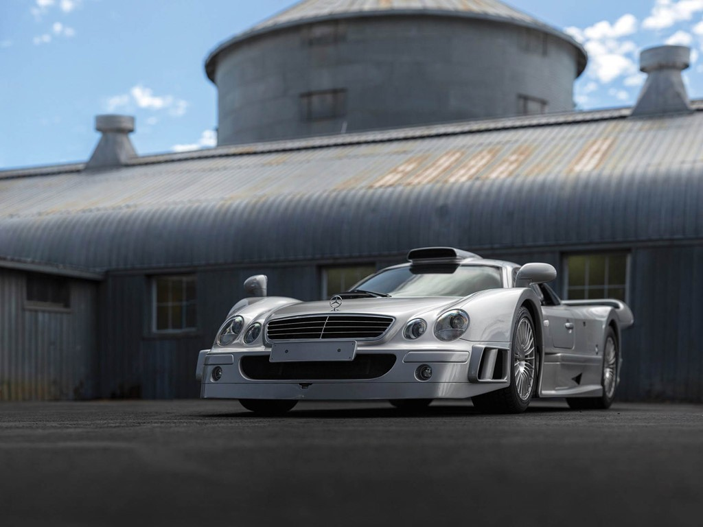 Mercedes-AMG đang sở hữu siêu xe Project One dùng động cơ F1 có giá bán 2,7 triệu USD. Tuy nhiên, xét về độ hiếm và đắt giá, Project One chưa là gì so với Mercedes-Benz AMG CLK GTR. Ảnh: Carscoops