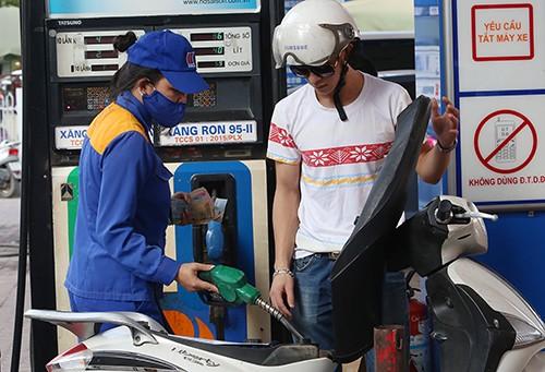 Khách hàng đổ xăng tại một cây xăng của Petrolimex ở Hà Nội.