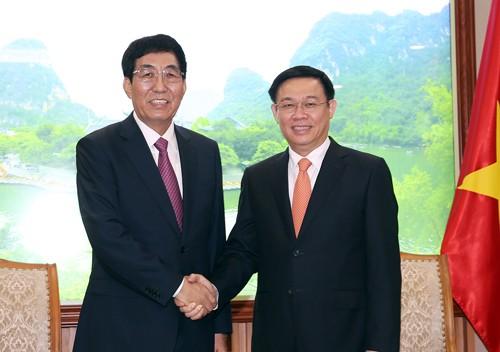 Phó Thủ tướng Vương Đình Huệ tiếp Bí thư Tỉnh ủy Cát Lâm (Trung Quốc). Ảnh: VGP