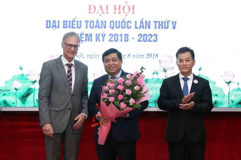 Phó Chủ tịch phụ trách Liên hiệp các tổ chức hữu nghị Việt Nam Đôn Tuấn Phong và Đại biện Lâm thời Đại sứ quán Đức tại Việt Nam Wolfgang Maning chúc mừng Bộ trưởng Nguyễn Chí Dũng.