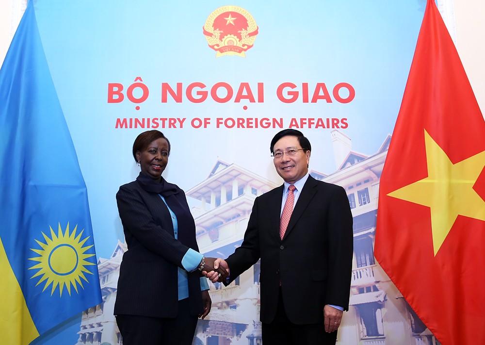 Phó Thủ tướng Phạm Bình Minh hội đàm với bà Louise Mushikiwabo, Bộ trưởng Ngoại giao, Hợp tác và Cộng đồng Đông Phi Cộng hòa Rwanda. Ảnh: VGP