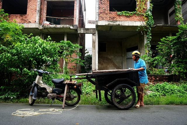 Cận cảnh nhem nhuốc của khu biệt thự bị bỏ hoang gần 10 năm giữa lòng Sài Gòn - ảnh 10