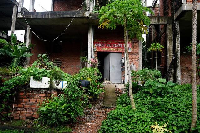 Cận cảnh nhem nhuốc của khu biệt thự bị bỏ hoang gần 10 năm giữa lòng Sài Gòn - ảnh 13