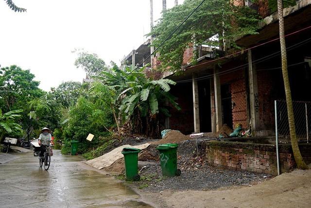 Cận cảnh nhem nhuốc của khu biệt thự bị bỏ hoang gần 10 năm giữa lòng Sài Gòn - ảnh 1