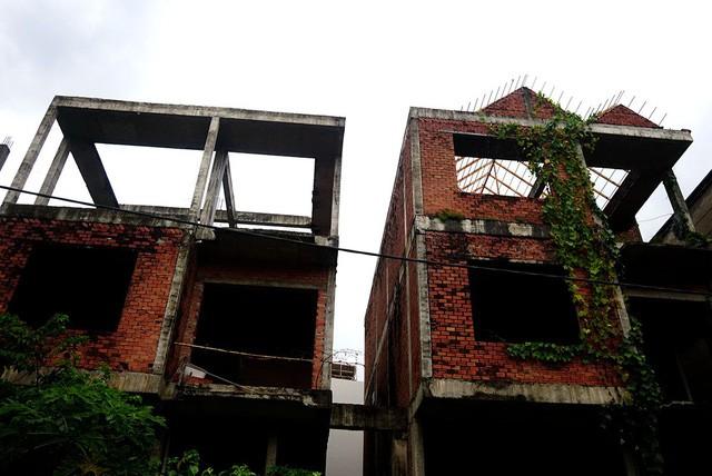 Cận cảnh nhem nhuốc của khu biệt thự bị bỏ hoang gần 10 năm giữa lòng Sài Gòn - ảnh 9