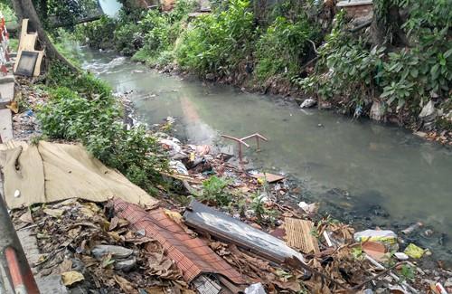 Một đoạn kênh Hy Vọng ngập rác thải.