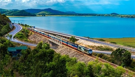 Tốc độ chạy tàu và tải trọng của đoàn tàu trên tuyến Bắc-Nam vẫn chưa được đồng nhất do sự yếu kém về hạ tầng. Ảnh: ĐSVN.
