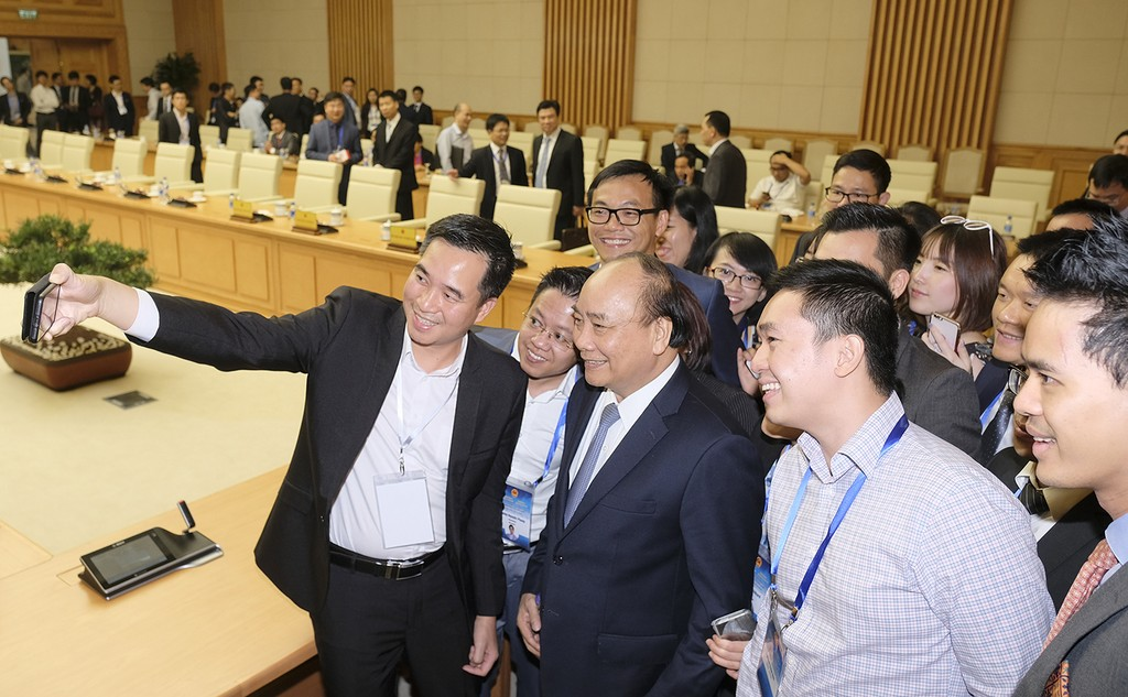 Thủ tướng cùng các đại biểu tham dự buổi gặp mặt.