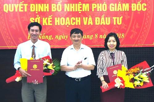 Ông Đặng Việt Dũng (đứng giữa) trao hoa và quyết định cho tân Phó giám đốc Sở. Ảnh: N.Đ.