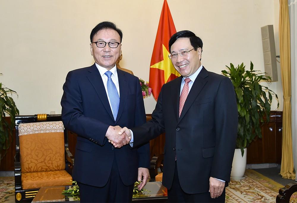Phó Thủ tướng Phạm Bình Minh và Tổng lãnh sự danh dự Việt Nam tại Busan - Gyeongnam. Ảnh: VGP
