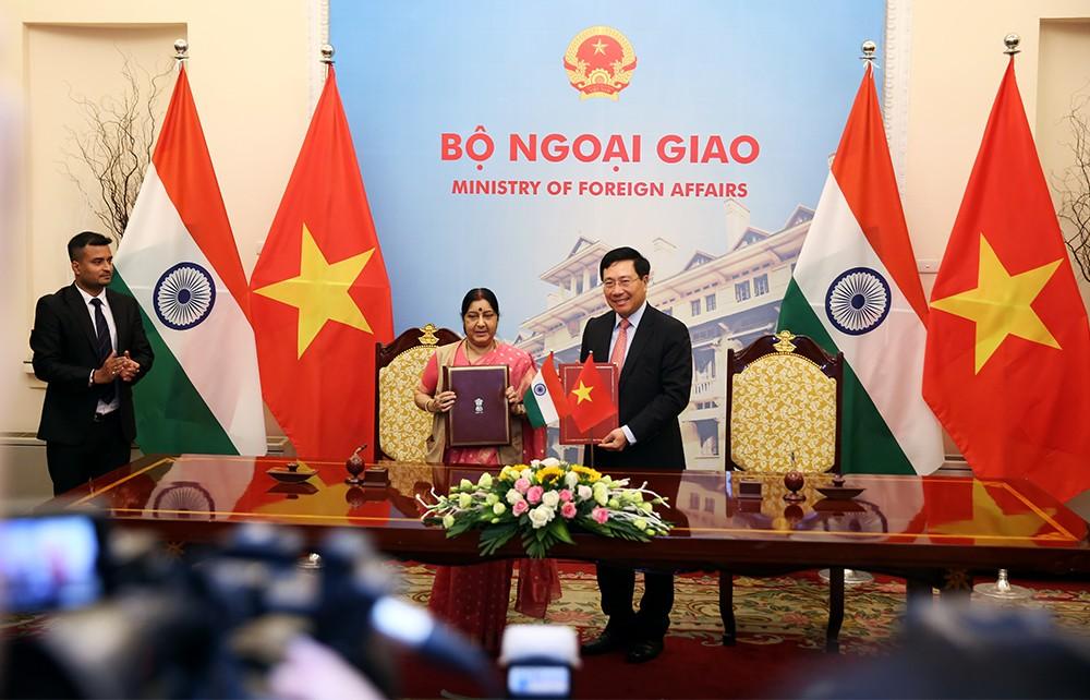 Phó Thủ tướng Phạm Bình Minh và Bộ trưởng Ngoại giao Ấn Độ Sushma Swaraj. Ảnh: VGP