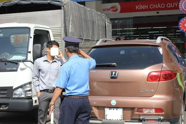 """Thanh tra giao thông TPHCM xử phạt """"taxi công nghệ"""" vi phạm"""