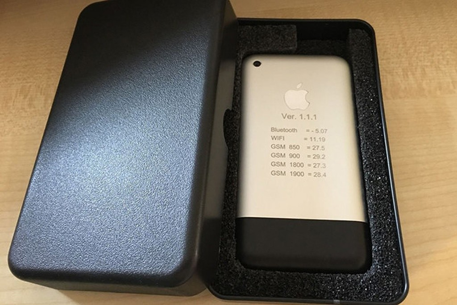 Nguyên mẫu chiếc iPhone đời đầu được đem ra đấu giá. Ảnh: Ebay