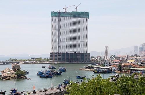 Dự án tổ hợp khách sạn, căn hộ cao cấp Mường Thanh Khánh Hòa nằm sát biển Hòn Chồng.