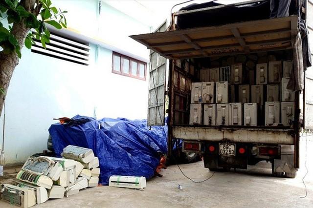 Chiếc xe tải và hàng hóa bị bắt giữ