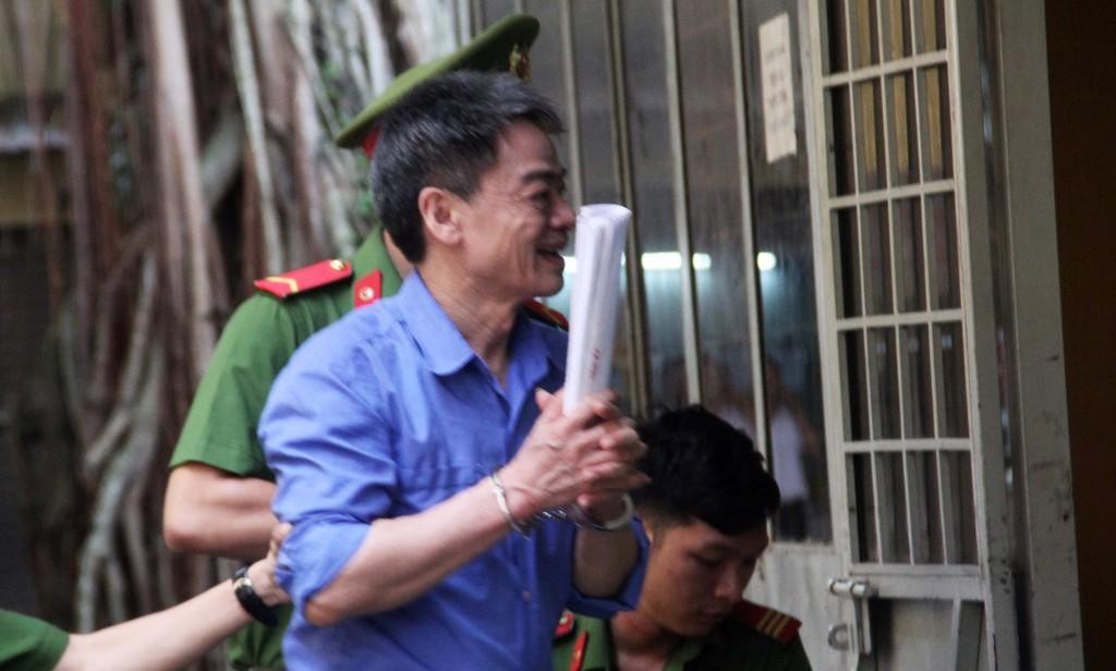 Lãnh 11 năm tù bị cáo Phong vẫn tươi cười.