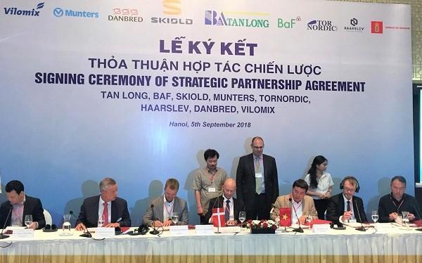 Đại diện các bên tham gia ký kết hợp tác. Ảnh Internet