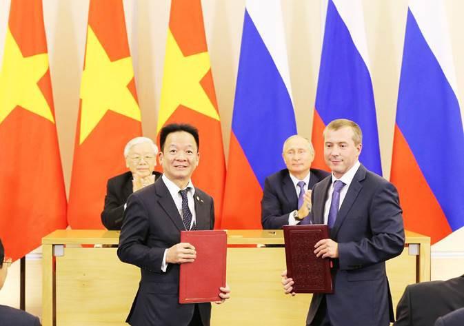 Tổng Bí thư Nguyễn Phú Trọng và Tổng thống Liên bang Nga Vladimir Putin chứng kiến lễ trao biên bản ghi nhớ hợp tác đầu tư giữa SHB và Ngân hàng IBEC.